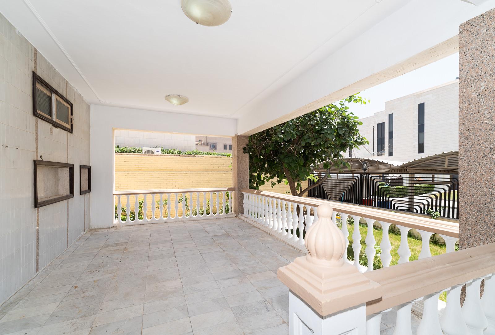 Rawda – older, spacious villa with garden