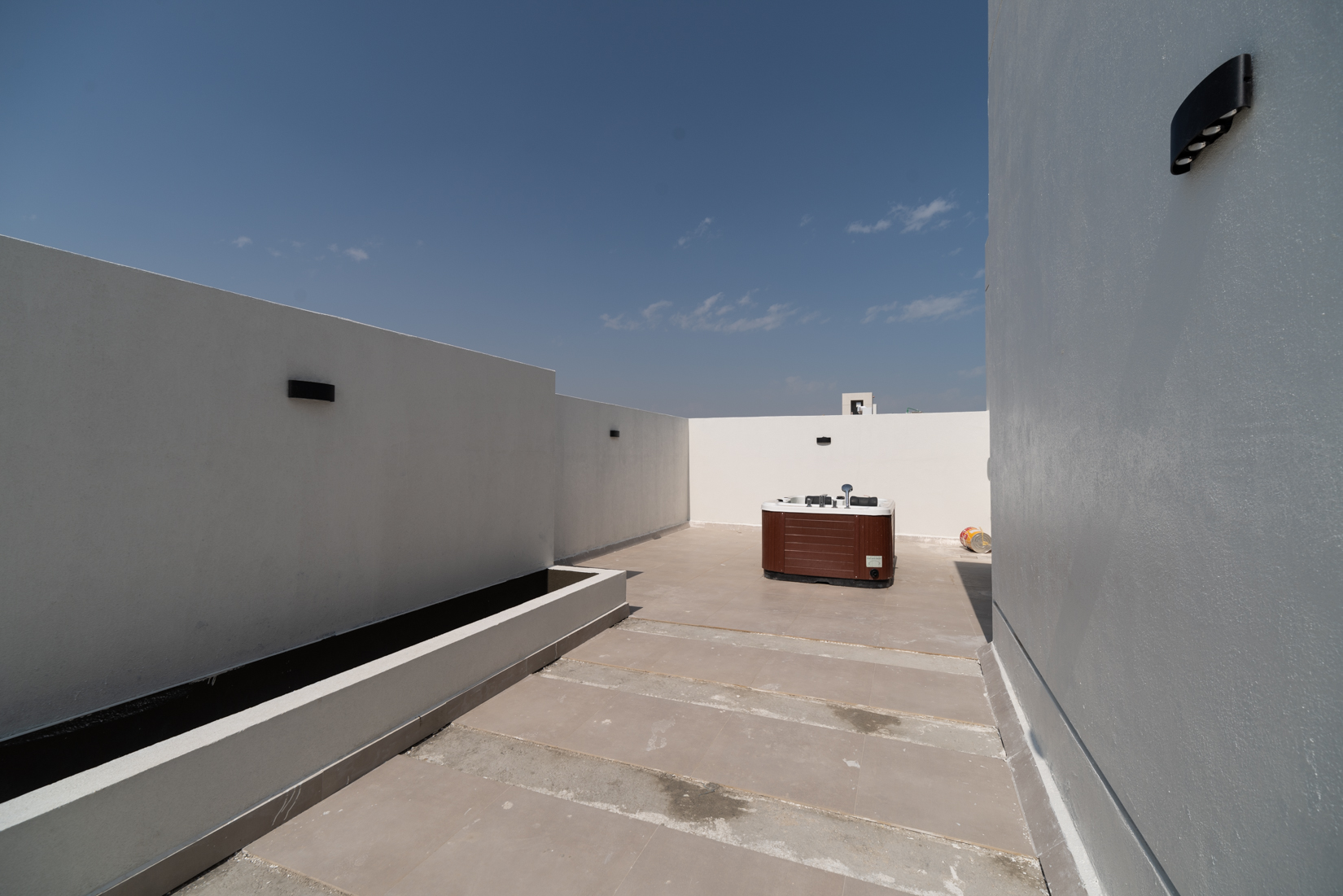 Abu Fatira – new, unfurnished four bedroom floor w/roof garden