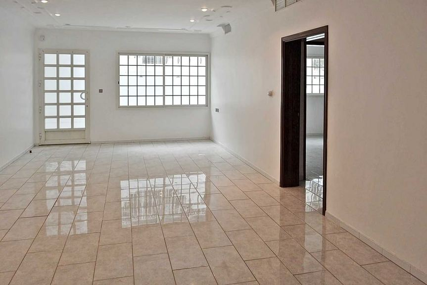 Salwa – unfurnished, light basement apartment