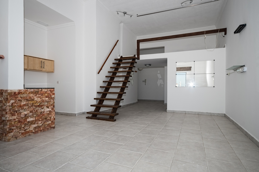 Salam – unfurnished studio w/ private roof terrace