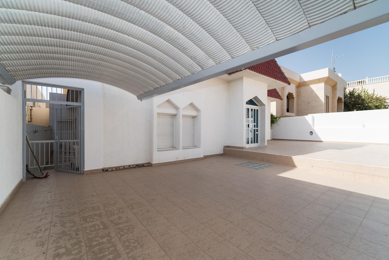Surra – older, unfurnished, five bedroom villa w/basement and pool