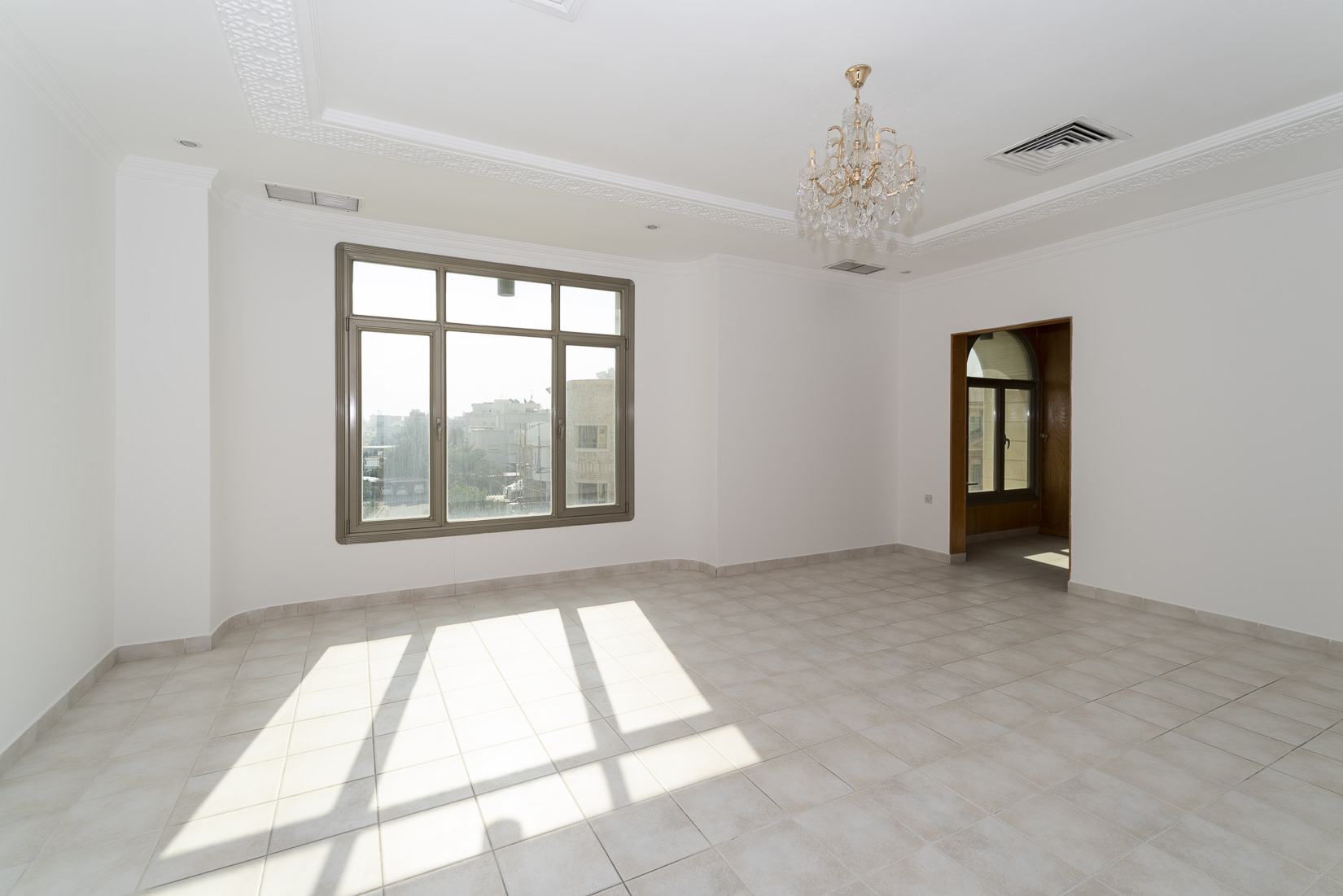 Adan – spacious, older, four bedroom floor